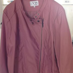 Brand: VRS Varetype: Jakke Farve: Rosa  Super pæn jakke i fake skind (altså ikke ægte skind), sender helst med dao