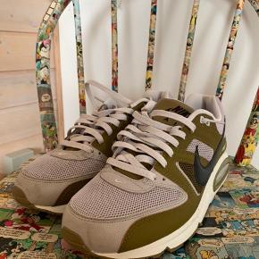 Sælger disse helt nye Nike Air, de er kun brugt 1 gang så de fremstår helt som nye. De er i den flotteste grønne farve.  De er størrelse 45,5.  Nypris var 1095 kr.