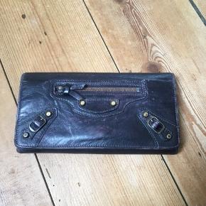 Fin Balenciaga pung, godt brugt derfor bliver den også solgt billigt.  Den blev i sin tid farvet med narvsværte og skal bare friskes op, før var den lyserød. Giv et bud!