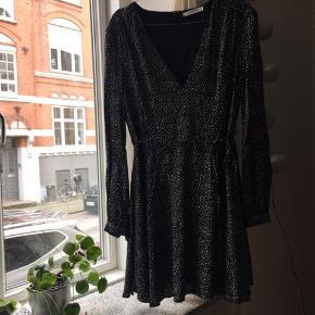 Virkelig fin sort kjole med hvide stjerner fra Glamorous i størrelse 10..  har skrevet den som en størrelse small da det normalt er det jeg bruger og denne passer mig