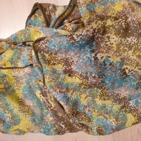 Super fint og stort tørklæde fra Pieces i grøn, gul, hvide nuancer