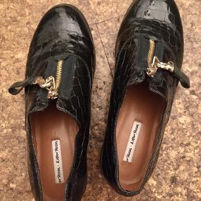 Flotte mørkegrønne lak-sko fra &other stories! Meget smalle i modellen, og man skal derfor ikke have en for bred fod. Byd endelig!