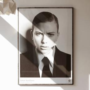 Scarlett Johansson by Russel James Sælger kun plakaten - ramme medfølger ikke.  Fejler intet. Måler 50x70