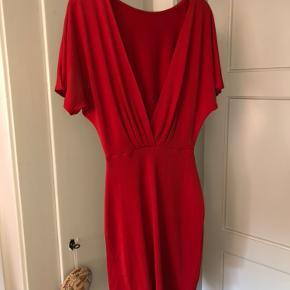 Aldrig brugt! Passes af s/xs  Smukkeste røde farve og pasform! Sælges da ingen lejligheder til kjolen.  Sidder tæt om hofterne og benene og løsere oppe omkring barmen. Smuk udskæring i ryggen