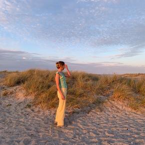 Håndsyede bukser med gule tern. Str. s/m (hoftemål ca. 94-98 cm) 🍋
