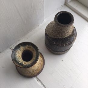2 stk. små keramik vaser fra hhv. Ulrik Lundbergh Ebeltoft (H: 7 cm) og W. Germany (H: 10,5 cm).   Prisen er for dem begge