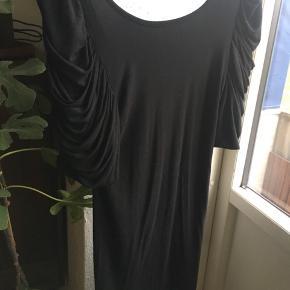 Meget flot, sort kjole fra Ganni. Kjolen har dyb ryg (men ikke længere end ned til BH-kanten, så man kan sagtens have en BH på uden det ses).   Køb to varer fra min shop, og jeg giver 50 % på den billigste 💃