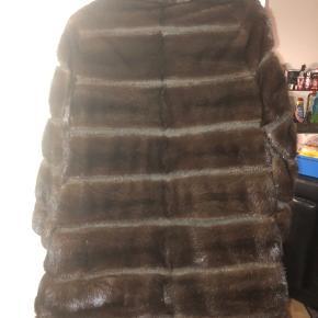 Meget fin mink pels i str. M  Levinsky Denmark  Den er smart syet med skiftevis mink og sort læder.  Næsten aldrig brugt.  Pelsen's længde : 83 cm Skuldre : 48 cm Bryst bredde : 46 cm  Går til knæet