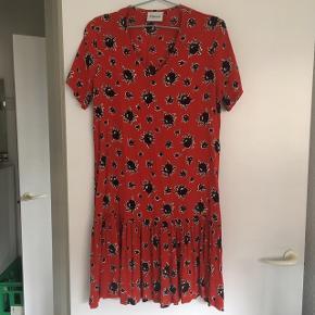 Smuk viskose kjole med drop waist fra Ganni. Modellen hedder rosemary. Sælges eller bytter til samme kjole i str L.