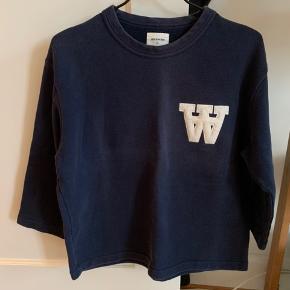 Lækker trekvartærmet sweatshirt fra WW sælges. Super hyggelig og varm. Nypris var 1000. Hvis varen skal sendes, betaler køber fragten.