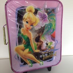Kuffert til børn, kufferten er brugt - har været i lufthavnen nogen gange så den har brugsspor men en virkelig solid kuffert der kan holde til noget - må man sige. - den fungere som den skal og fejler intet indeni. - den er rummelig.  Har også et sæt (3 stk) helt nye børne toilettasker til salg - se billede 3.