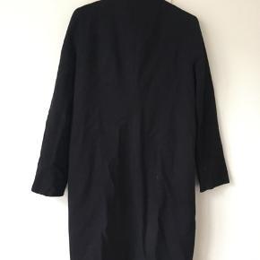 Fin uldfrakke.  Flittig brugt men stadig fin.