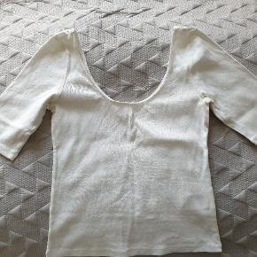 Hoftelang t-shirt, trekvart ærmer og rund hals udskæring for og bag. Ingen tegn på slitage.