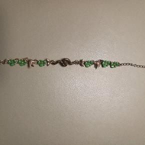 Armbånd fra Pilgrim med slange, kolibrier og grønne blomster.