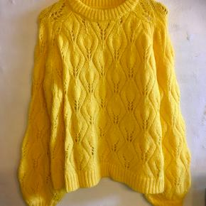 Frisk gul sweater med bladmønster. Str. 42/44. Brugt få gange. 💛 Sender med DAO. Køber betaler forsendelse.