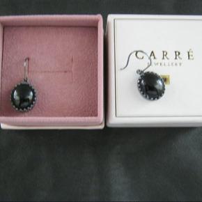 Smukke smukke øreringe fra Carré i sort.
