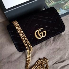 Gucci Marmont super mini taske sælges i sort velour. Aldrig brugt. Kasse og tags medfølger. Fast pris / Ingen bytte