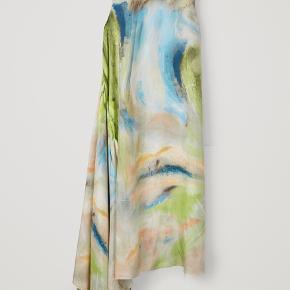 Kjole fra COS i 100% silke  Den har tre bindebånd som gør at det kan styles på forskellige måder.   Jeg havde den selv på til en afslutningsfest i forbindelse med uddannelse, hvor kjolen under middagen var løs så den var lang, og til selve festen var den bundet op så den var kort   Du er velkommen til at komme forbi og prøve den