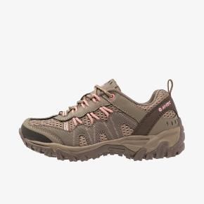 """Helt nye sneakers af mærket """"hi-tech"""" købt på Zalando, desværre et nummer for småt. De er oprindeligt lavet som vandresko, så derfor går man supergodt i dem. Dog købte jeg dem på grund af deres lidt grove sneaker-agtige look. De har aldrig været på i mere end 2 minutter, og vil sige, at størrelsen svarer til en 38.  Er normalt selv en 39"""