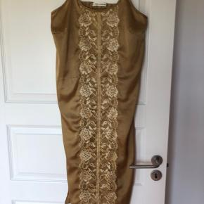 Fin gylden strop kjole med slidser i siden   Aldrig brugt
