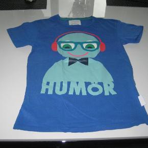 Varetype: T-Shirt med motiv Størrelse: Small Farve: Blå med motiv Oprindelig købspris: 299 kr.  T-shirt med motiv i blå i str. Small.  Mindsteprisen er kr. 50+porto.  Jeg bytter ikke.