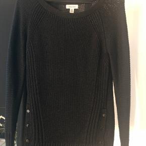 Super lækker og tyk trøje fra Calvin Klein. Fed detalje med knapper i siden (på begge sidder) skriv for flere billeder.