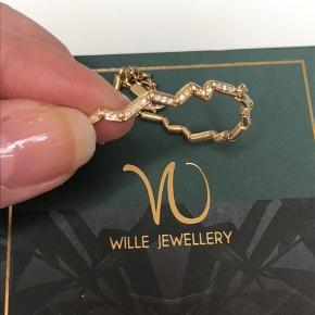 Fantastisk smuk 18 kt. armbånd, fra Wille Jewellery, model: Momentum, som nyt, båret 2 gange, model fyldt med diamanter ( brilliant cut), ganske unikt, dette er nr. 2 som er lavet... Str. regulerbar og passer alle. 83 brill. 0,415 ct. W/Si...