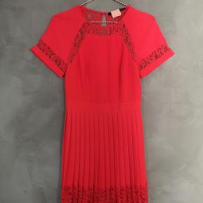 Smuk koral rød Karen Millen kjole. Brugt 1 gang og renset. Uk str 6 og lidt til den store side. Passer dk str 34/36.   Bryst ca 43 x2 cm Talje ca 34x2 cm Længde ca 91 cm