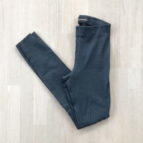 Brugt 2 gange - som nye. Elenasoo. Navy. Str. 32.   Søgeord: Skindleggings - leggings - læderleggings.