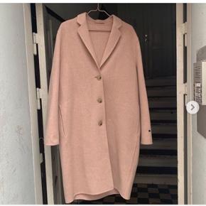 Super flot uld frakke fra Acne Studios. Brugt få gange og er helt som ny.  Str 36.  Flere billeder kan sendes.