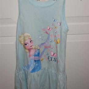 Fin kjole med Elsa fra Frost. Trykket er helt intakt - og den er absolut i den rigtig gode ende af GMB.  Se også mine andre annoncer.  Kjole med Elsa fra Frost - sommerkjole Farve: Lyseblå