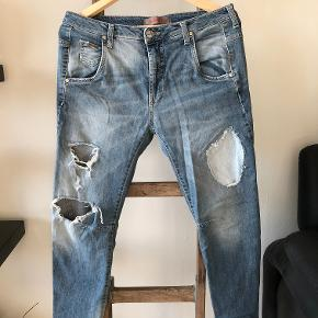 Fede jeans, nypris 1800 kr. Mindstepris 300pp.