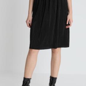 Sød plisé nederdel med elastik i livet. Brugt få gange.   Mødes gerne og handler og ellers sender jeg med DAO på købers regning☀️