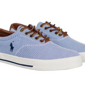 Sælger disse stribede Ralph Lauren sko i stof, der kun er blevet brugt til to konfirmationer.  Kan både sendes og afhentes :-)