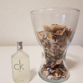 Calvin Klein - CK One  Unisex parfume, eau de toilette. Næsten som ny, orginal emballage. 50 ml. flaske ca. 40 ml tilbage.   Ren. Unisex. Sensuel.  Den revolutionerende CK One er den første duft designet til både mænd og kvinder. Ren og moderne med en forfriskende note af grøn te. . Duften af citrus er meget karakteristisk for den populære duft, der er blevet en favorit hos mange mænd og kvinder. Duften indeholder også noter af frisk bergamotte og blomstrende rose og viol. Disse friske noter kombineret med frugtig ananas og papaya, krydret muskatnød og luksuriøs moskus giver en ren, attraktiv og raffineret duft.  Nypris: 360 kr.  ^Købt hos Matas  »Bud modtages, men forventer seriøse og oprigtige henvendelser.   ***Kan afhentes i Odense C eller sendes.  & Se gerne mine andre annoncer med mærkevarer i diverse størrelser