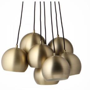 """Flot dansk designerlampe. Her er én af Frandsens mest kendte lamper til salg. Hans signaturlamper """"Ball"""" er utroligt populære.   Frandsen Ball Multi Chandelier i farven Antik Brass. Har været i en udstilling på en messe, men aldrig sat op i et hjem, men derfor sælges den som ny, men med stor besparelse.  Nypris på nettet: 3.995kr Køb nu for 2.600kr Kan afhentes i Aarhus og Horsens, men den kan også sendes mod betaling af porto."""