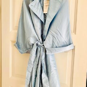 Helt fantastisk og udsolgt frakke fra Rabens saloner  Model Taffeta Pale Blue  Xs-s men er meget oversize og passe alle str.   #secondchancesummer