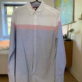 Tommy Hilfiger shirt with nice details and great material. Size M but fits well people like me as well who wear L mostly.