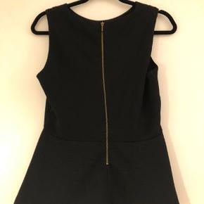 Flot sort top, med lidt peplum fit - brugt men uden slidtage.