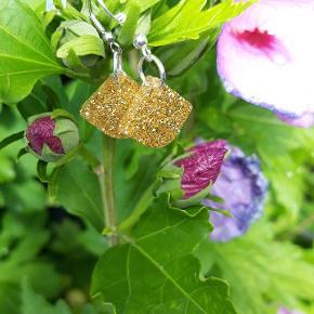Smukke håndlavede kreative øreringe. Glimmer og guldfarve.💙⚘🌸 #håndlavedeøreringe
