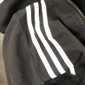 Sort Adidas jakke. Fejler intet. Tjek mine andre annoncer ud!🌸