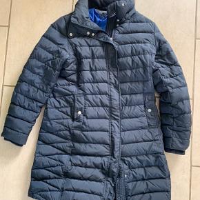 Fin og velholdt lang frakke med aftagelig hætte. Lidt lille i størrelsen. Er selv en M og passer den også.