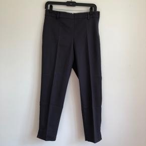 🐚 Elegante bukser med pressefolder i mørkegrå 🐚 Har haft dem på en enkelt gang og fremstår derfor som nye  🐚 Super gode til både hverdag og fest 🥳