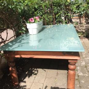 Sofabord i rødligt træ med messing beslag som pynt. God stand, har lidt patina. Har også en glasplade som passer til så den kan sættes på hvis man ønsker et andet look.  Mål: 134x80x50