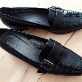Pæn  dame loafers . mærke Units. Hælhøjde 2,5 cm Imiteret læder Aldrig brugt