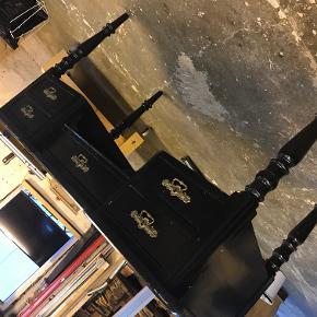 Rigtig charmerende retro skrivebord også kaldt HC.Andersen skrivebord - malet sort lavet i fyrtræ. 5 velfungerende skuffer  rigtig godt at sidde ved :)   Byd endelig