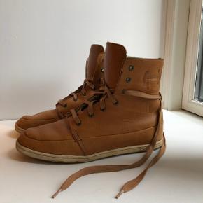 Et par læderstøvler foret med uld. Læder i pæn stand og flot varm cognac-farve 🧡🥃🍁🍂 Str 42-42.5