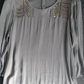 Fin bluse i polyester (mærket er klippet af) som kan vaskes på 30 grader. Brugt en gang. Længde 62 cm. Brystmål 51 cm. Ærme 49 cm. Nypris 1199 kr.  GRATIS FRAGT VIA TS 11/3