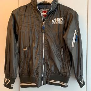 Fed forårs-/ efterårsjakke fra Vingino. Brugt få gange og er derfor uden en eneste skræmme, rift eller lignede.   Jeg bytter ikke.