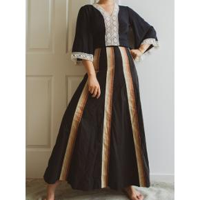 Out of all kinds of maxi skirts, I love the ones with graphic patterns the most.😌  The long stripes on the skirt will make your legs look longer.🌸  Heavy cotton🌞. The waist measures about 68cm, length 97cm, can be shortened easily.🌟  375dkk/51euros🌺 Free shipping in Denmark🏵️
